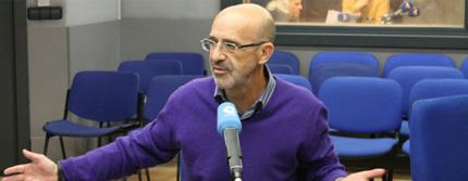Pérez Bryan con el estudio de Rock FM al fondo